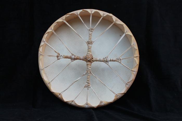 Tamburo una faccia con pelle di Muflone<br> conciatura fatta a mano con prod naturali<br> struttura a tasselli in legno di abete<br> diametro 45 cm<br> h struttura   6 cm<br> peso 760 g<br>