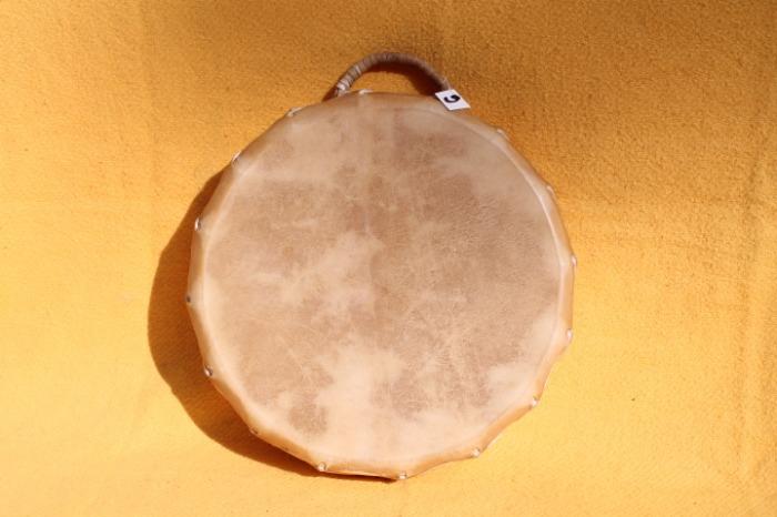 Tamburo con pelle di Vitello<br> Conciatura fatta a mano con prod naturali<br> Struttura a taselli in legno di Abete<br> diametro cm 42<br> h struttura cm 8,6<br> peso kg 1,400<br>
