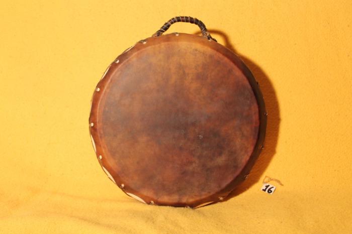 Tamburo in pelle di Mucca<br> Conciatura fatta a mano con prod naturali<br> Struttura a tasselli in legno di Abete<br> diametro cm 40<br> h struttura cm 9<br> peso Kg 1,700<br>