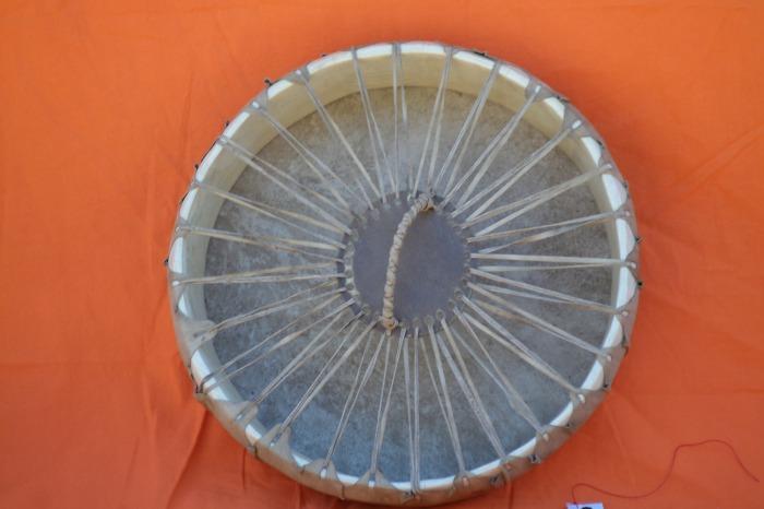 Tamburo una faccia con pelle di Capra <br> Conciatura industriale<br> Struttura atasselli in legno di Abete<br> <strong>Ø esterno</strong>   cm 38 <strong> <br /></strong><br> <strong>h. struttura</strong>  cm  8 <br> <strong>peso        </strong>Kg 800<br>