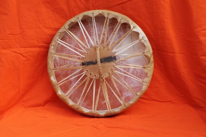 Tamburo una pelle di Asino<br> Conciatura fatta a mano con prod. naturali<br> Struttura a tasselli con legno di Abete<br> diametro cm 42,7<br> h. struttura cm 6<br> peso kg 0,840<br>