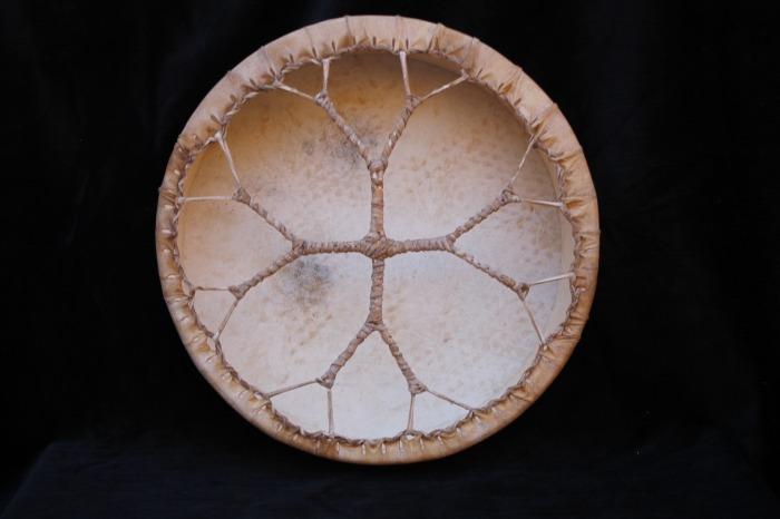Tamburo una faccia con pelle di Muflone<br> Conciatura fatta a mano con prod naturali<br> Struttura a tasselli in legno di Abete<br> diametro cm 34,4<br> peso  g 480<br>
