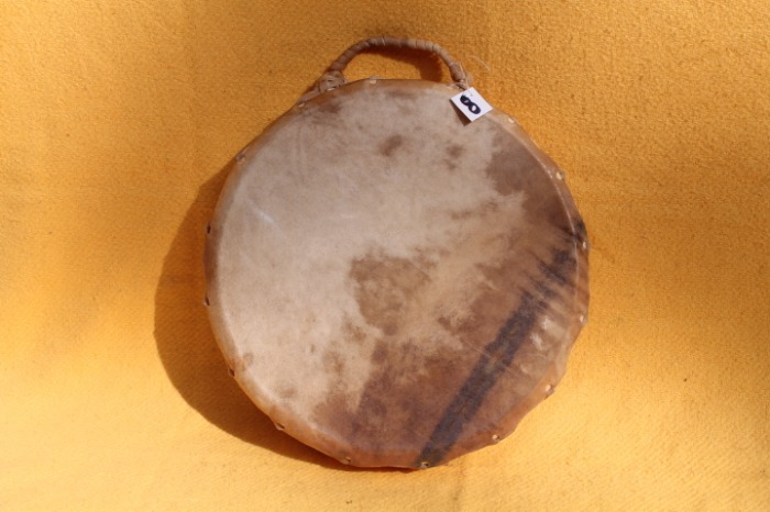 Tamburo con pelle di Mula<br> Conciatura fatta a mano con prod naturali<br> Struttura a tasselli in legno di Abete<br> diametro cm  41,5<br> h.strutttura cm 9<br> peso kg 1,100<br>