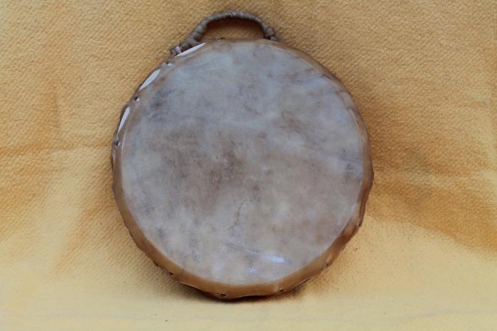 Tamburo con pelle di Mucca<br> Conciatura fatta a mano con prod naturali<br> Struttura a tasselli in legno di Abete<br> diametro cm 39,5<br> h. struttura cm 7 <br> peso g 1740<br>