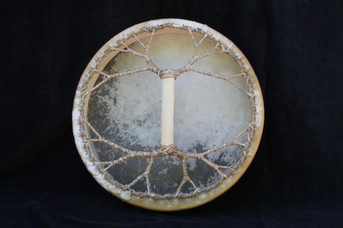 Tamburo una faccia con pelle di Cervo<br> Conciatura fatta a mano con prod naturali<br> Struttura a tasselli in legno di Abete<br> diametro cm 45<br> peso g 1200<br>