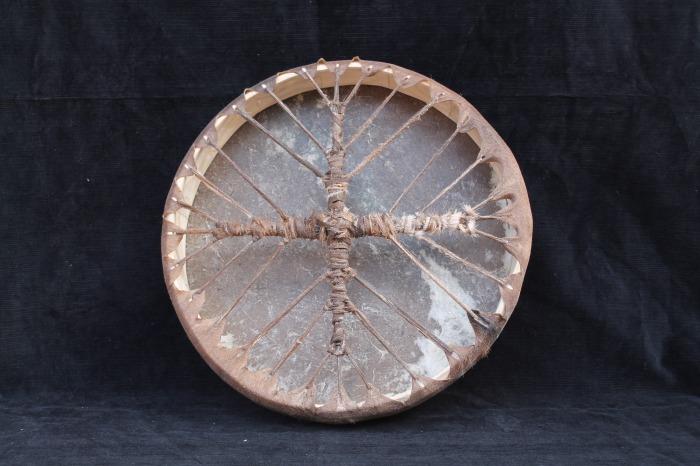 Tamburo una pelle di Capra <br> Conciatura pelle fatta a mano<br> Struttura in legno di Abete<br> <strong>Ø esterno</strong>   cm  38 <strong> <br /></strong><br> <strong>h. struttura</strong>  cm  6 <br> <strong>peso       </strong>gr  540<br> <br>