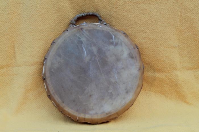Tamburo doppia pelle di Mucca<br> Conciatura fatta a mano con prod Naturali<br> Struttura a tasselli in legno di Abete<br> diametro cm 40<br> h.struttura cm 8,8<br> peso g 2000<br>