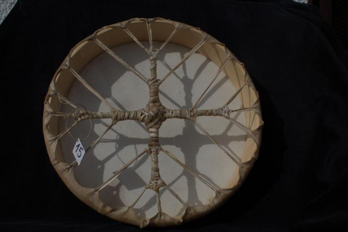 Tamburo una faccia con pelle di Cervo<br> Conciatura fatta a mano con prod. naturali<br> Struttura a tasselli con legno di Abete<br> diametro cm 45,4<br> h.struttura cm 7,3<br> peso kg 1,300<br>