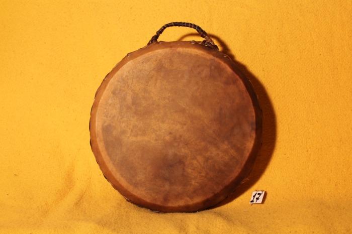 Tamburo in pelle di Mucca<br> Conciatura fatta a mano con prod Naturali<br> Struttura a tassell in legno di Abete<br> diametro cm 41<br> h struttura cm 8<br> peso Kg 1,600<br>