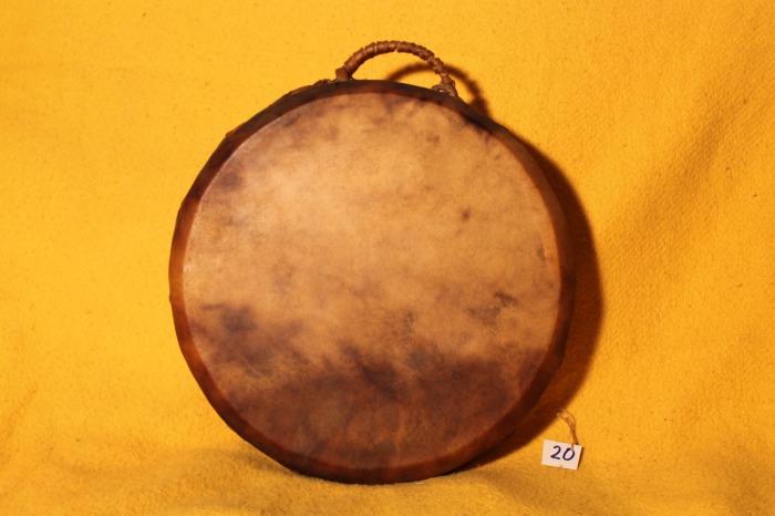 Tamburo in pelle di Mucca<br> Conciatura fatta a mano con prod Naturali<br> Struttura a tasselli in legno di Abete<br> diametro cm 42<br> h struttura cm 8<br> peso Kg   1,900 <br>