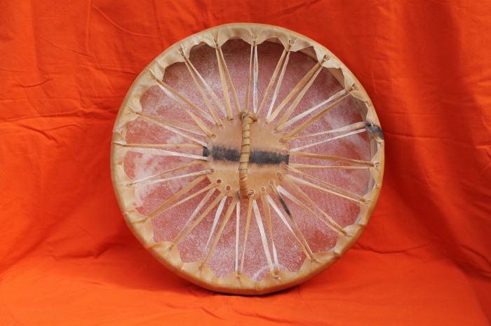 Tamburo una pelle di Asino<br> Conciatura fatta a mano con prod. naturali<br> Struttura a tasselli in legno di Abete<br> diametro cm 45<br> h.struttura cm 6<br> peso kg 0,740<br>