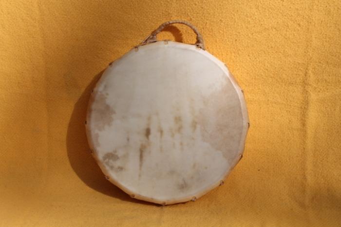 Tamburo con pelle di Vitello<br> Conciatura fatta a mano con prod naturali<br> Struttura a tasselli in legno di Abete<br> diametro cm 41<br> h. struttura cm 9<br> peso kg 1,400<br>