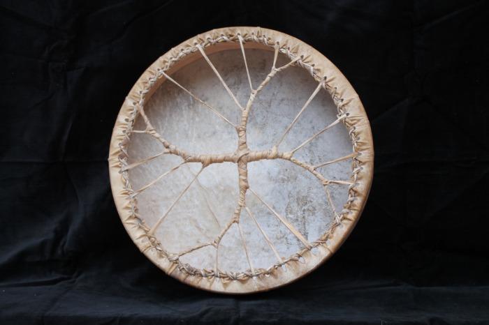 Tamburo una faccia con pelle di Muflone<br> conciatura fatta a mano con prod naturali<br> struttura a tasselli in legno di Faggio<br> diametro cm 40<br> peso g 660<br>