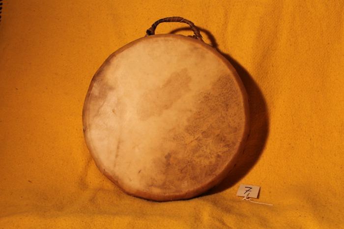 Tamburo in pelle di Mucca<br> Conciatura fatta mano con prod naturale<br> Struttura a tasselli in legno di Abete<br> diametro cm 41<br> h.struttura cm 9<br> peso Kg 1,400<br> <br>