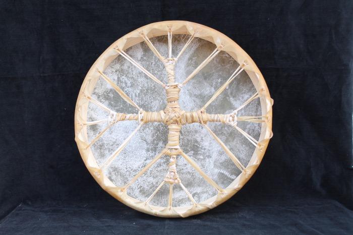 Tamburo una pelle di Asino<br> conciatura fatta a mano con prod naturali<br> Struttura a tasselli in legno di Abete<br> diametro cm 45,4<br> h.struttura cm 6,4<br> peso kg 1,100<br>