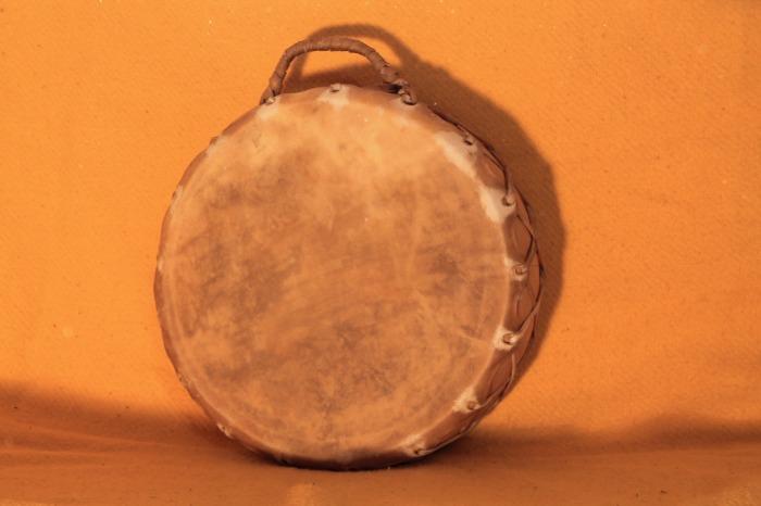 Tamburo in pelle di Mucca<br> Conciatura fatta mano con prod naturale<br> Struttura a tasselli in legno di Cedro<br> diametro cm 36<br> h.struttura cm 15<br> peso Kg 2,300<br> <br>