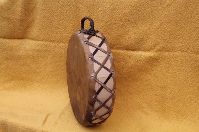 Tamburo con pelle di Mucca<br> Conciatura fatta a mano con prod naturali<br> Struttura a tasselli in legno di Abete<br> diametro cm 33<br> h. struttura cm 9<br> peso g 1120<br>