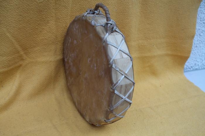 Tamburo Doppia faccia con pelle di Mucca<br> Conciatura fatta a mano con prod Naturali<br> Struttura a tasselli con legno di Abete<br> diametro cm 39<br> h struttura di Abete  cm 8<br> peso g 1300<br>
