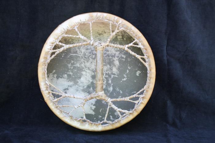 Tamburo una faccia con pelle di Cervo<br> conciatura fatta a mano con prod naturali<br> struttura a tasselli in legno di Abete<br> diametro cm  40<br> peso g 970<br>