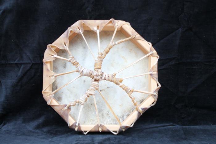 Tamburo con pelle di Mucca<br> Conciatura pelle fatta a mano con prod naturali<br> Struttura a tasselli in legno di Abete<br> diametro cm 32 (da lato a a lato)<br> peso g 608<br>